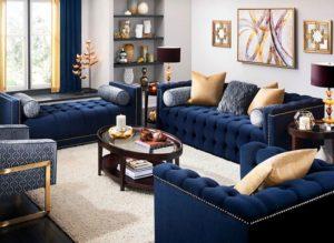 Living decorat in combinatia albastru-auriu.